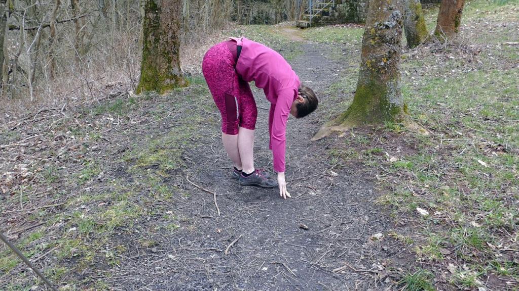 Dehnen Laufen Yoga tiefe Vorbeuge mit gekreuzten Beinen