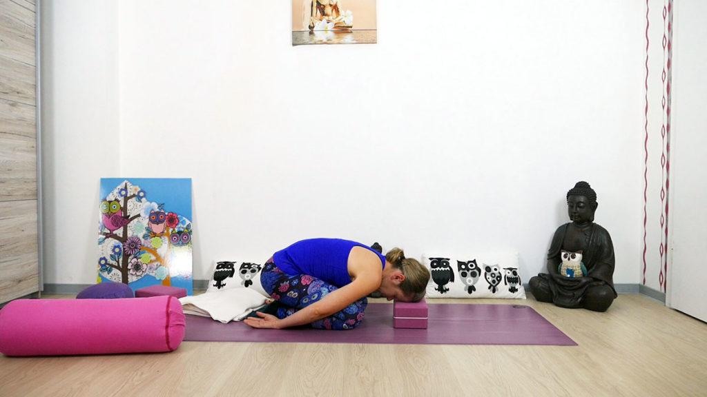 Yin Yoga für das Dritte Auge Chakra - Kind mit Block