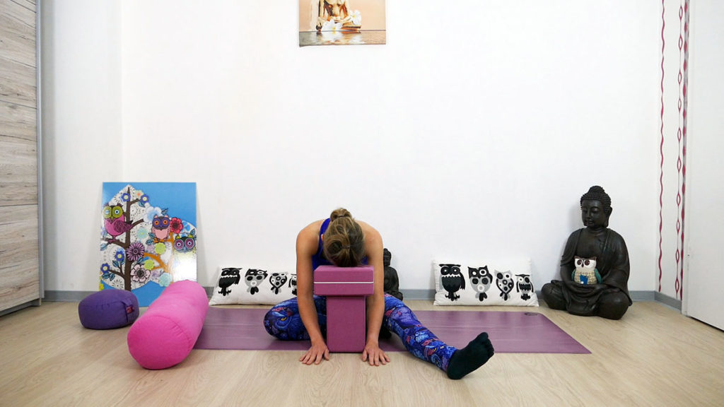 Yin Yoga für das Dritte Auge Chakra - Halber Schmetterling mit Block