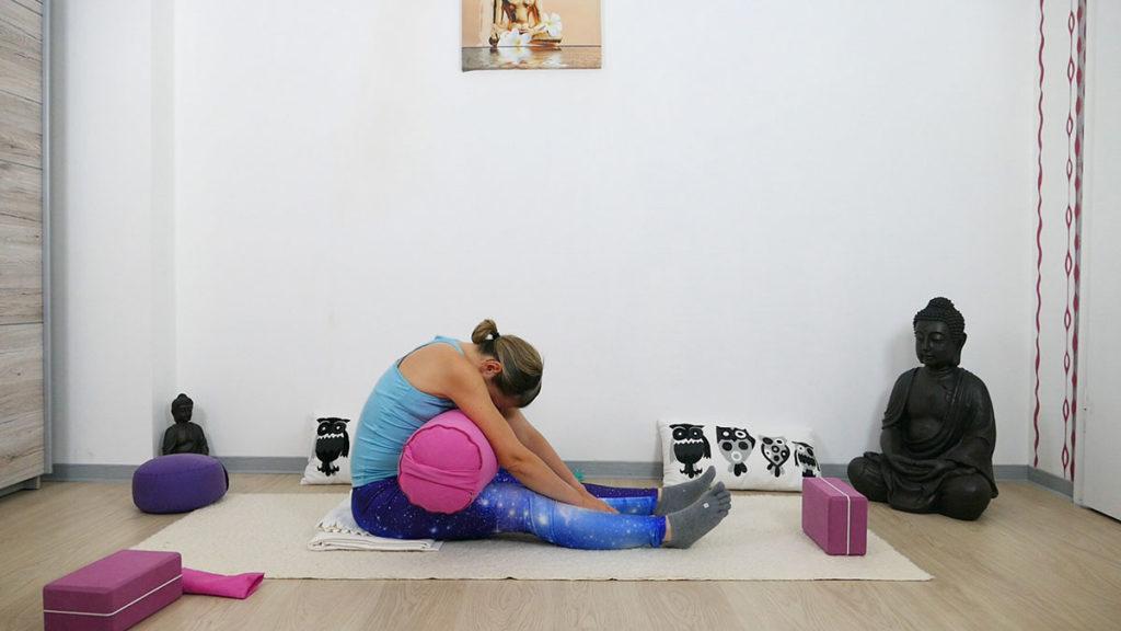 Yin Yoga für besseren Schlaf - Raupe mit Bolster