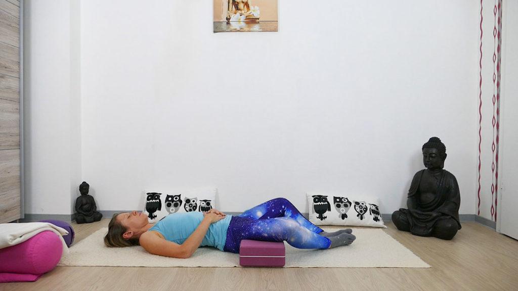 Yin Yoga für besseren Schlaf - liegender Schmetterling