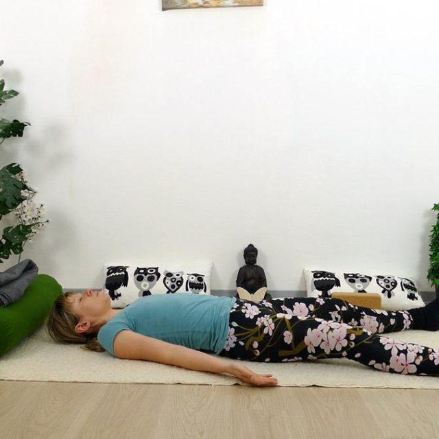 Yin Yoga Holz Savasana