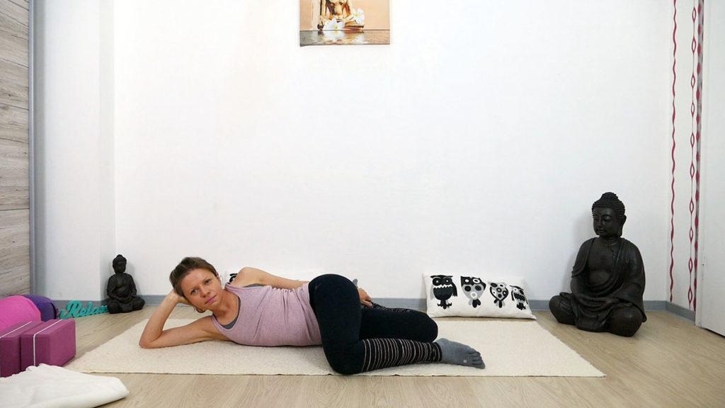 Yin Yoga am Morgen: liegende Katze