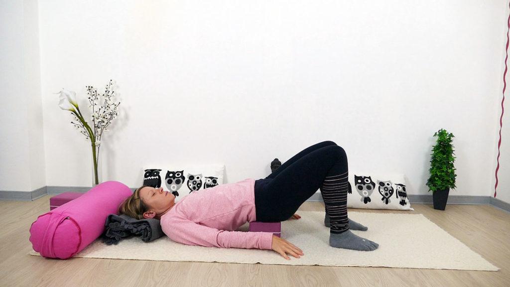 Yin Yoga für Mütter: unterstützte Schulterbrücke