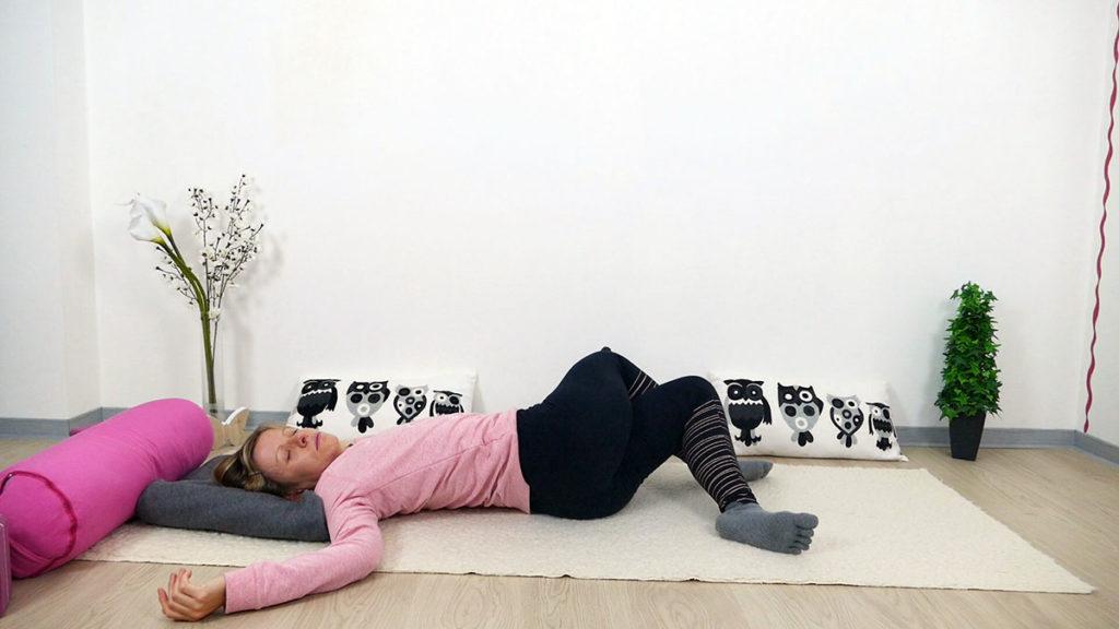 Yin Yoga für Mütter: liegender Twist