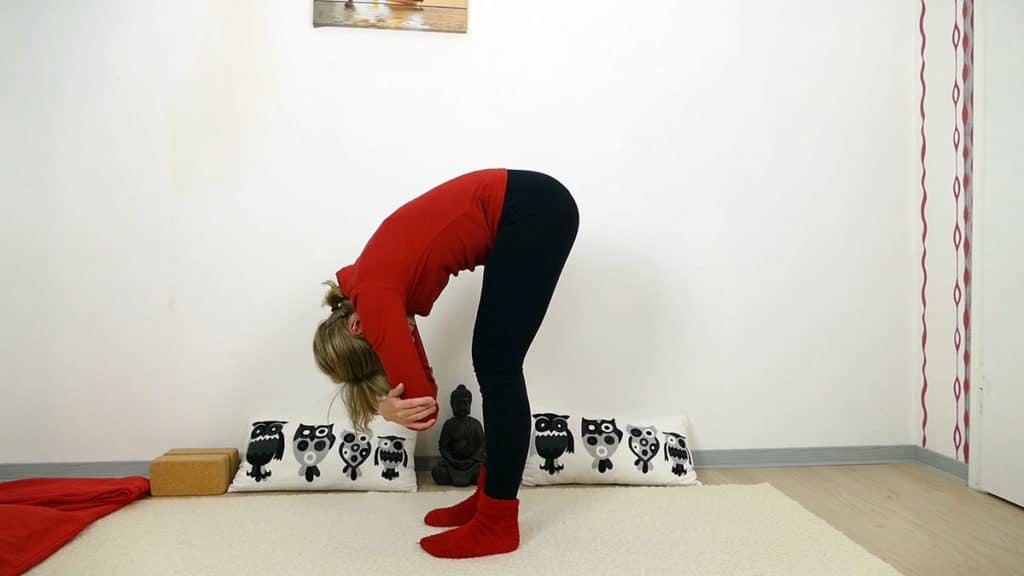 Dangling Pose / stehende Vorbeuge - Yin Yoga Wurzelchakra Muladhara