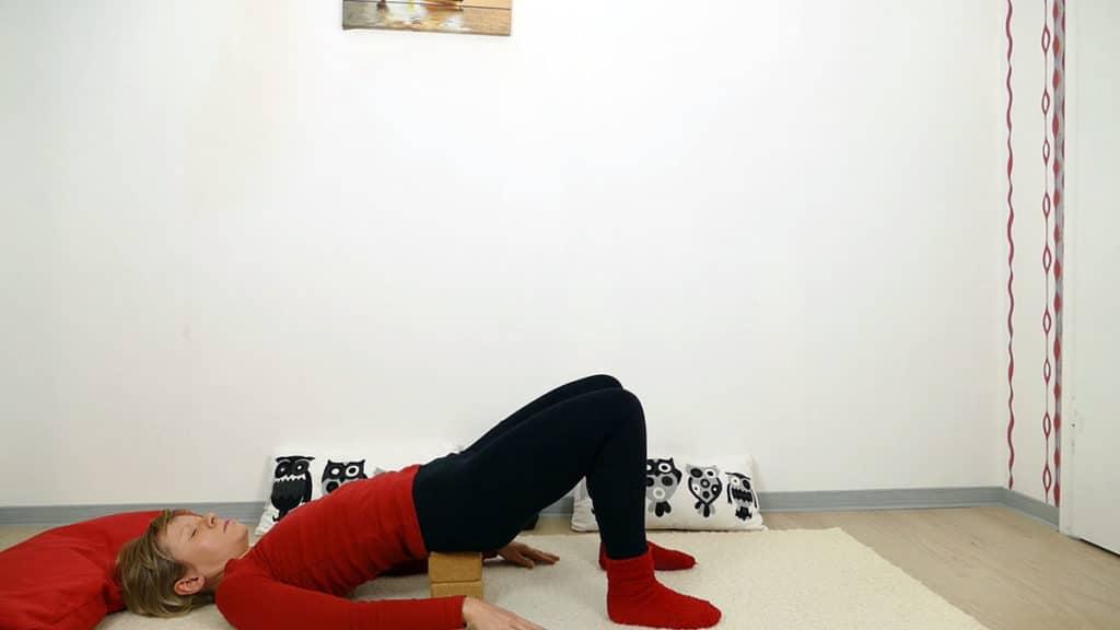 unterstütze Schulterbrücke - Yin Yoga Wurzelchakra Muladhara
