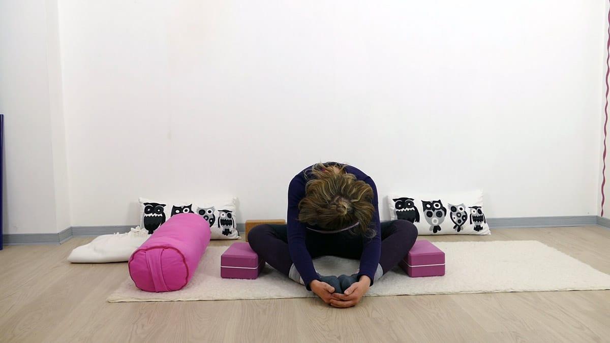 Yin Yoga bei PMS und Menstruationsbeschwerden: Schmetterling