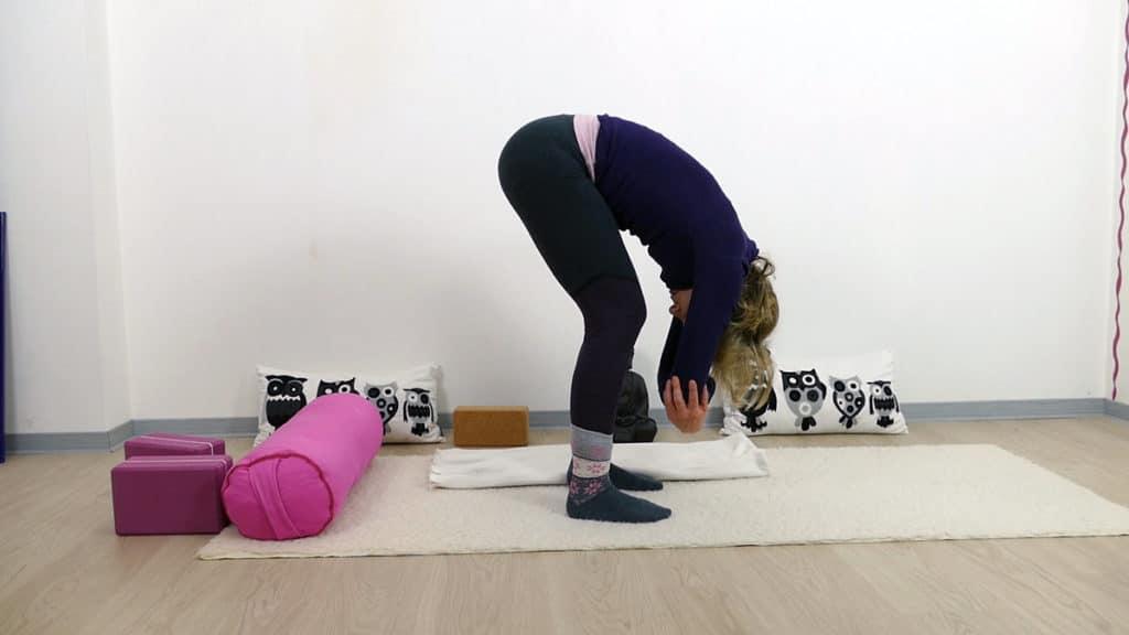 Yin Yoga bei PMS und Menstruationsbeschwerden: Dangling Pose