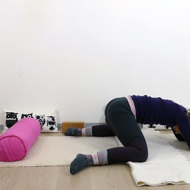 Yin Yoga bei PMS und Menstruationsbeschwerden: Frosch