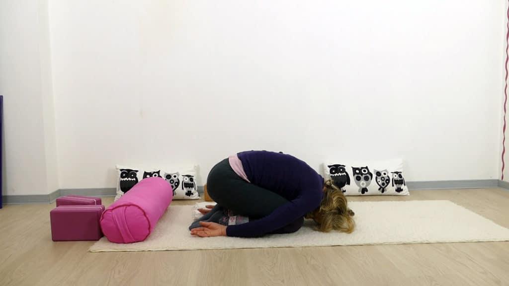 Yin Yoga bei PMS und Menstruationsbeschwerden: Kind