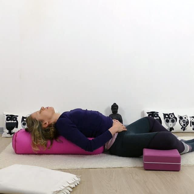 Yin Yoga bei PMS und Menstruationsbeschwerden: liegender Schmetterling