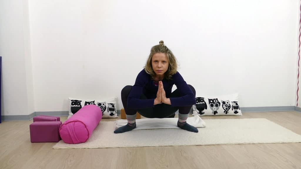 Yin Yoga bei PMS und Menstruationsbeschwerden: Squat (tiefe Hocke)