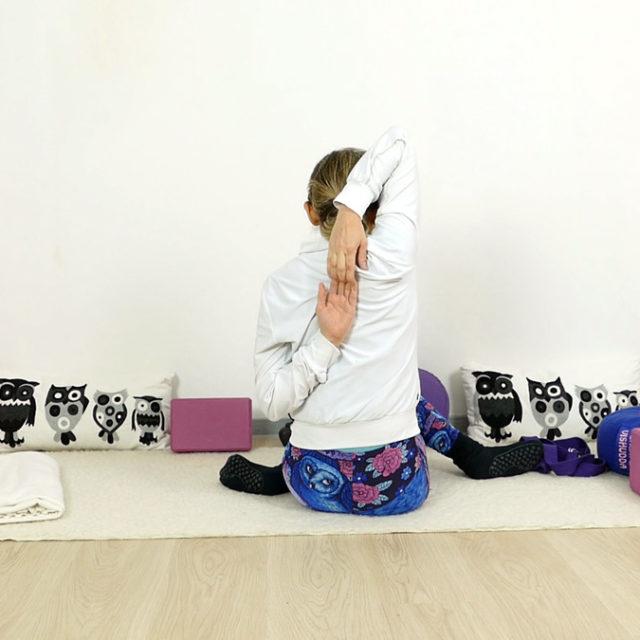 Yin Yoga für Schultern und Nacken - Kuharme mit Gurt