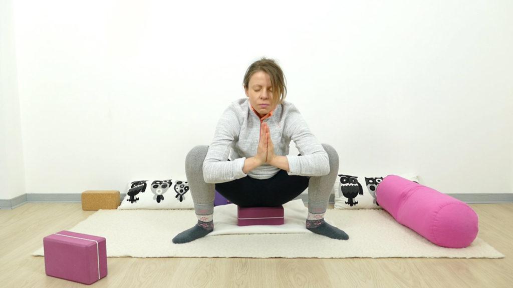 Yin Yoga für Schwangere: tiefe Hocke / Squat