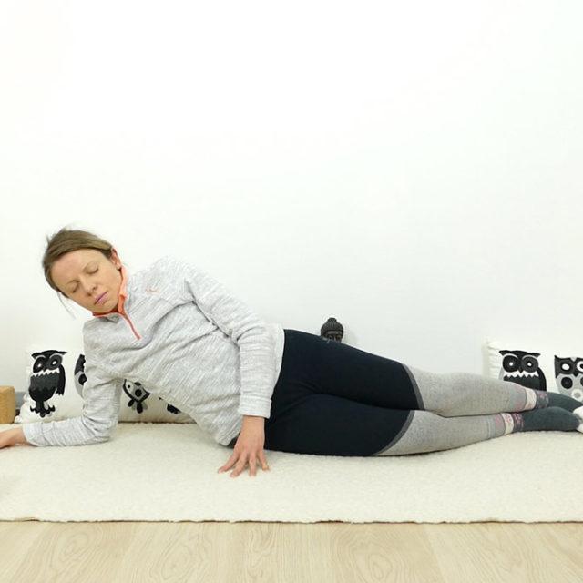 Yin Yoga für Schwangere: seitliche Sphinx