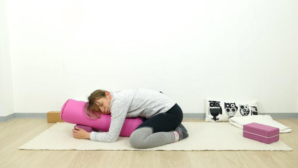 Yin Yoga für Schwangere: unterstützte Kindshaltung