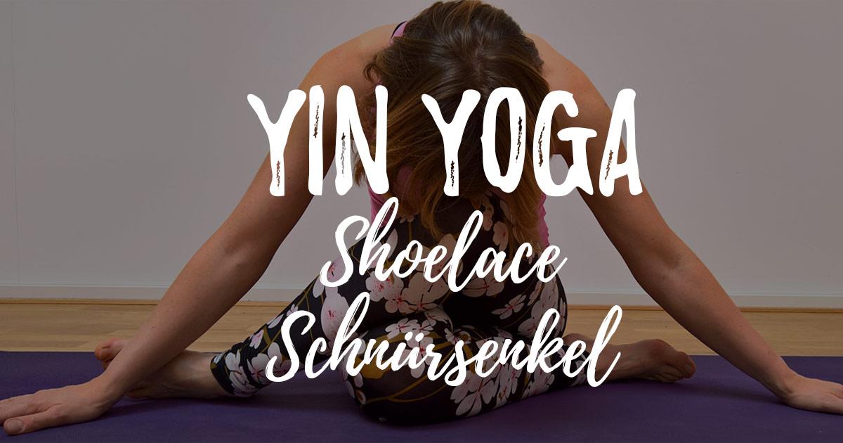 Yin Yoga Positionen erklärt: Der Schnürsenkel – Shoelace