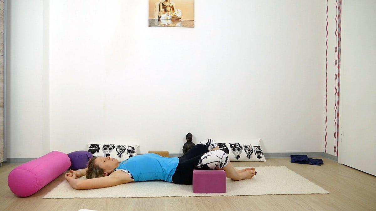 Yin Yoga bei Hitze für heiße Sommertage - liegender Schmetterling