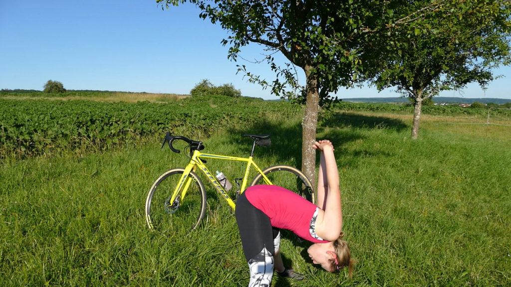 Yoga für Radfahrer Dehnen - Vorbeuge mit Schulterdehnung