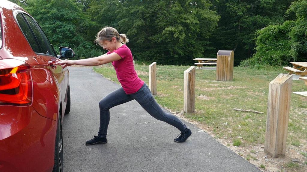 Yoga auf Reisen und langen Autofahrten - Ausfallschritt