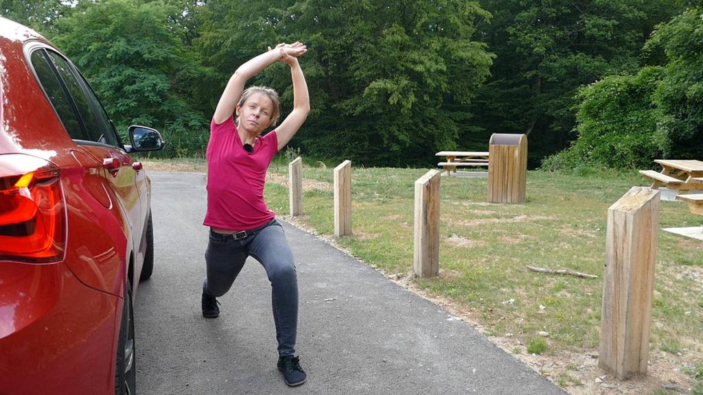 Yoga auf Reisen und langen Autofahrten - Ausfallschritt mit Seitbeuge